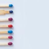 Houten kleurrijke matchsticks Rode, violette, blauwe gelijken Stock Foto's
