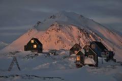 Houten kleurrijke plattelandshuisjes in de winter Royalty-vrije Stock Foto