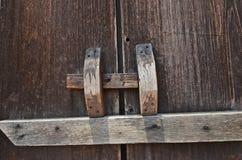 Houten klink voor het sluiten van de oude deurbladeren stock afbeelding