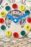 Houten klok met dollarachtergrond Royalty-vrije Stock Foto