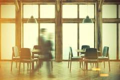 Houten koffiebinnenland, gestemde vensters Stock Foto's