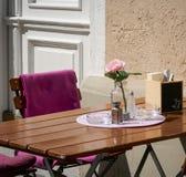 Houten Koffietafel en Stoel, met Roze bloem en Deken, buitenkant in een zonnige de zomerdag stock foto's