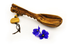 Houten kokende lepels en blauwe bloemen Stock Fotografie