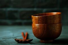 Houten kom met houten eetstokjes Stock Foto
