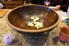 Houten kom met klopjes van boter voor recept royalty-vrije stock fotografie