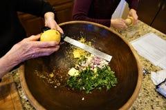 Houten kom met klopjes van boter voor recept royalty-vrije stock afbeeldingen