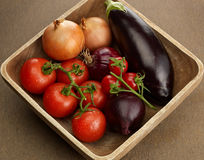 Houten kom met verse groenten Stock Foto's