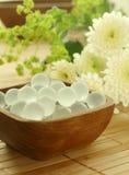 Houten kom van decoratieve ballen en bloemen royalty-vrije stock foto's