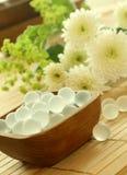 Houten kom van decoratieve ballen en bloemen Royalty-vrije Stock Afbeeldingen