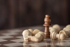 Houten koningin die in het midden van dalend schaak zich aan boord bevinden stock foto's