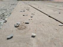 Houten korrelachtergrond met stenen op bovenkant royalty-vrije stock afbeeldingen