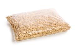 Houten korrels in plastic zak Stock Foto