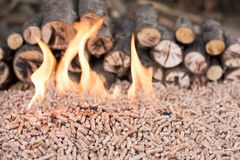 Houten korrels in vlammen stock afbeelding