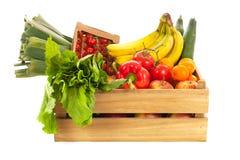 Houten krat verse groenten en fruit Stock Afbeeldingen