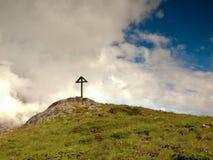 Houten kruis bij een bergbovenkant in de alp Kruis bovenop een bergenpiek zoals typisch in de Alpen Stock Foto's