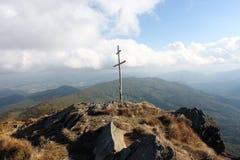 Houten kruis bovenop een rotsachtige heuvel royalty-vrije stock afbeeldingen