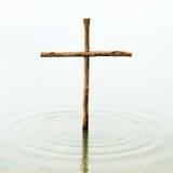 Houten kruis in het water Stock Afbeelding