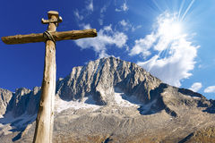 Houten Kruis - Italiaanse Alpen Stock Afbeelding