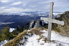 Houten Kruis op Bergbovenkant Stock Foto