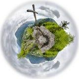 Houten kruis op bergpiek Uiterst kleine planeet Stock Foto