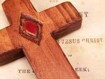 Houten Kruis op Bijbel royalty-vrije stock afbeelding