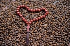 Houten kruis op de achtergrond van koffiebonen Stock Afbeeldingen