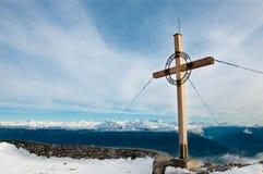 Houten kruis op de bergbovenkant, Innsbruck, Oostenrijk Royalty-vrije Stock Foto's