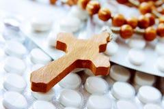 Houten kruis op pakketten van pillen Stock Foto
