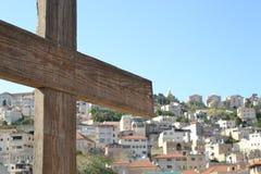Houten kruis, Stad van Nazareth in Israël, Basiliek van aankondiging, waar Mary het bericht van het opvatten van Jesus ontving stock foto