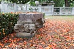 Houten kruk met basis 2 van het olifantsstandbeeld Stock Afbeeldingen