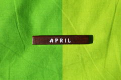 Houten kubus met de naam van de maand april royalty-vrije stock afbeelding