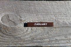 Houten kubus met de naam van de maand bij de oude raad januari stock foto's