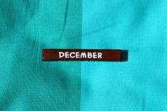 Houten kubus met de naam van de maand december Stock Afbeeldingen
