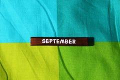 Houten kubus met de naam van de maand september royalty-vrije stock afbeelding