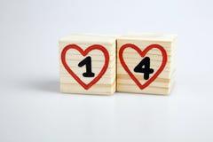 Houten kubussen met met de hand geschreven en vier binnen rode harten Stock Foto's