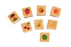 Houten kubussen met vruchten Stock Afbeelding
