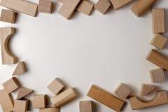 Houten kubussen op witte achtergrond als kader van het jonge geitjesspeelgoed met exemplaarruimte voor tekst Hoogste mening Vlak  Stock Afbeelding