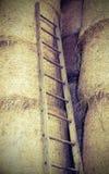 houten ladder in de schuur van het landbouwbedrijf stock fotografie