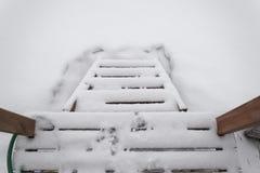 Houten ladder Lapland in de winter stock foto
