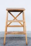 Houten ladder op witte muur met uitstekende houten vloer royalty-vrije stock fotografie