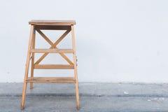 Houten ladder op witte muur met uitstekende houten vloer stock fotografie