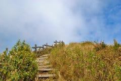 Houten ladder tot blauwe hemel als de voltooiing van het doel royalty-vrije stock afbeelding
