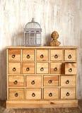 Houten ladenkast in sjofele gestileerde ruimte stock fotografie