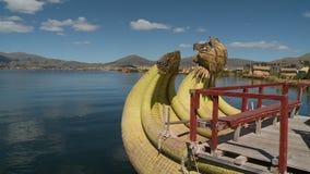 Houten ladingsstructuur op Uros-rietboot, Peru stock videobeelden