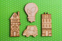 Houten lamp en huizen op groene strepenachtergrond Stock Foto's