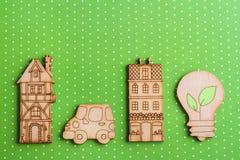 Houten lamp en huizen op groene strepenachtergrond Royalty-vrije Stock Foto