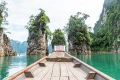 Houten lang-staartboot met rotsberg en meer Royalty-vrije Stock Foto's