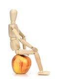 Houten ledenpopzitting op een appel! Royalty-vrije Stock Afbeeldingen