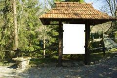 Houten Lege raad onder de de habitat rotsachtige weg van de baksteendak gegroeide boom royalty-vrije stock foto's
