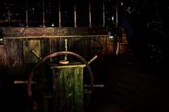 Houten leidraad van kunstmatig schip tegen donkere hemel stock fotografie